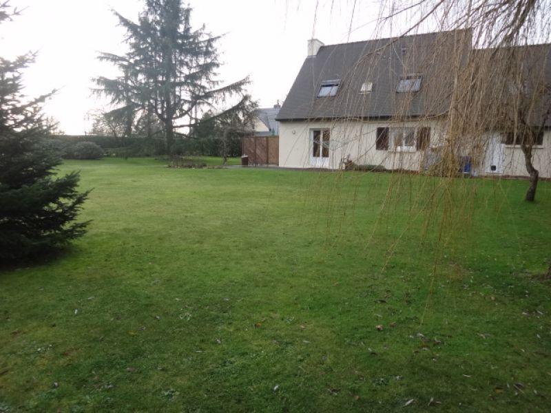 Maison spacieuse avec jardin paysagé et constructible de plus de 1800 m²